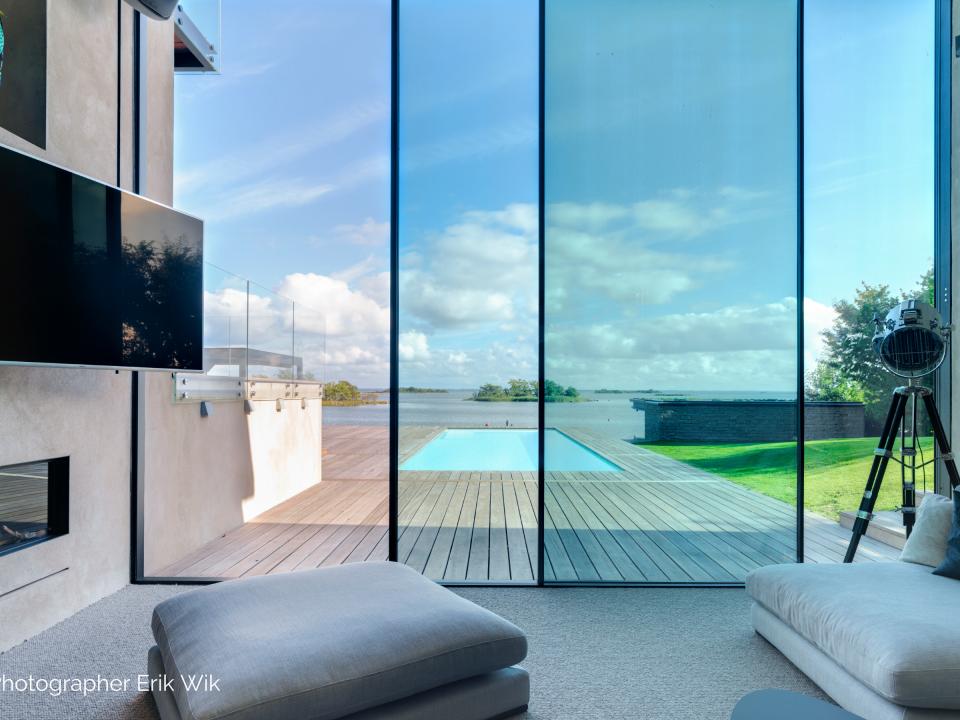 Grandes baies vitrées coulissantes en aluminium noir avec montants ultra minimalistes
